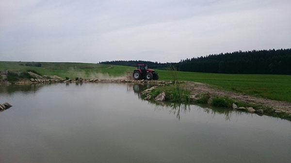 Mulcharbeiten rund um einen See