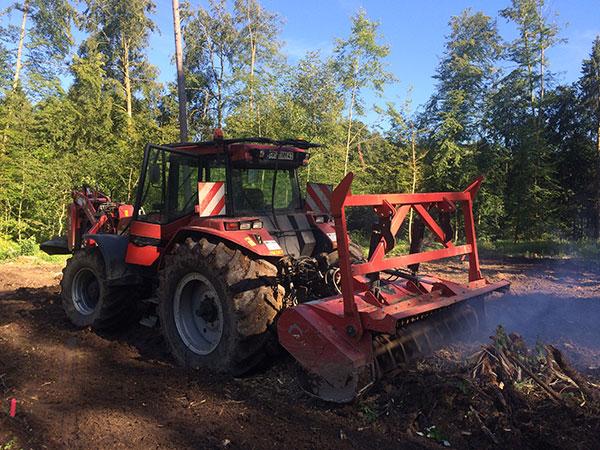 Mulcharbeiten mit einem Traktor im Wald