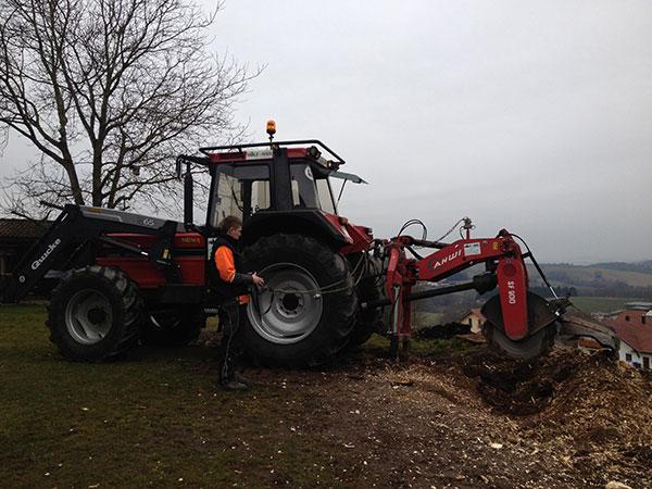 Wurzelstockfräse an einem Traktor